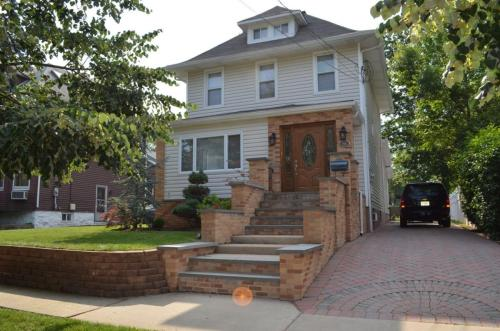 Beautiful mother daughter house minutes from ny for Mother daughter house for rent