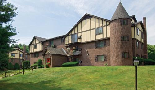 Royal Crest Warwick Apartment Homes Photo 1
