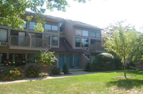 1465 E Putnam Avenue Photo 1