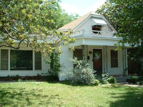 2420 Oakwood Terrace Photo 1