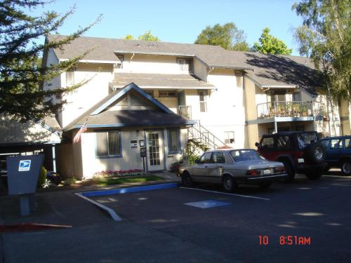 Americana Apartments Photo 1