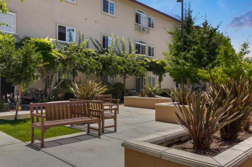 Merrill Gardens at Oceanside - Senior Living Community Photo 1