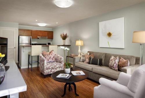 Nob Hill Suites Photo 1