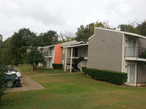 Oak Manor Apartments Photo 1