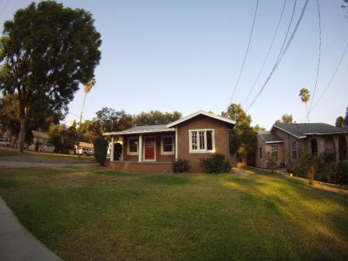 Charming Home on Quiet Street(avail. July 1st) Photo 1