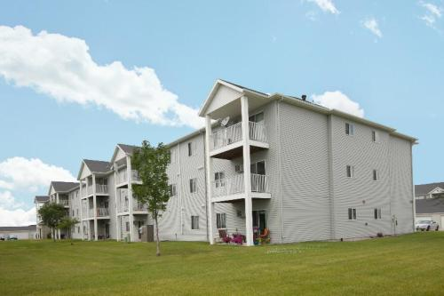 Lake Crest Apartments Photo 1