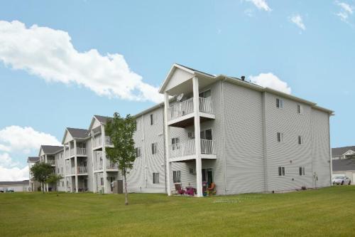 Lake Crest Apartments Photo 1