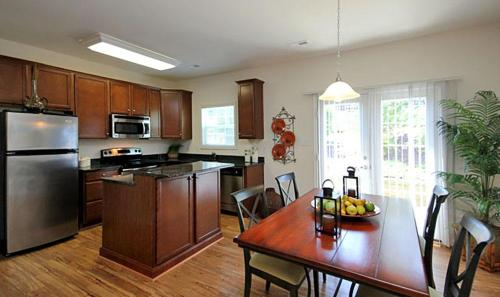 Rivermont Crossing 2 & 3 Bedroom Luxury Apartments & Townhomes Photo 1