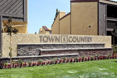 Town & Country Apartments Photo 1