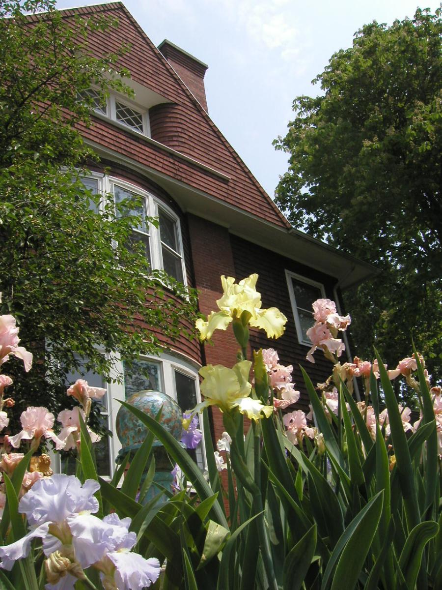 101 Ross Street ENGLISH GARDEN EST Photo 1