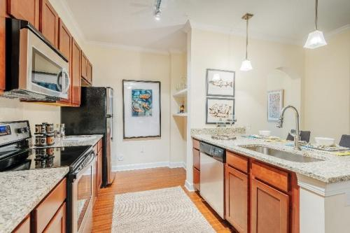Newly Renovated, Pet Friendly Luxury North Hill... Photo 1