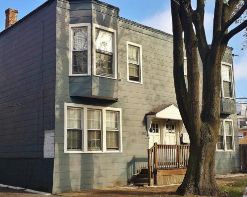 1050 W Cornelia Avenue Photo 1