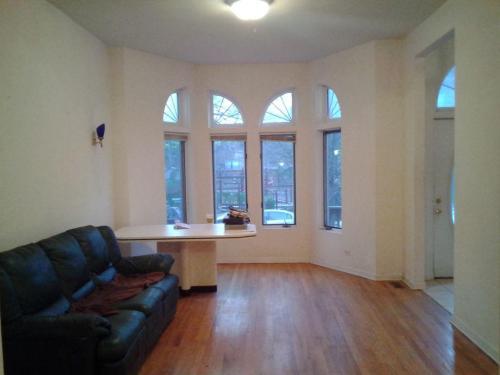 923 W Fletcher Street #1 Photo 1
