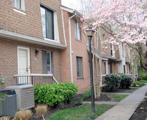 1685 Kenwood Avenue Photo 1