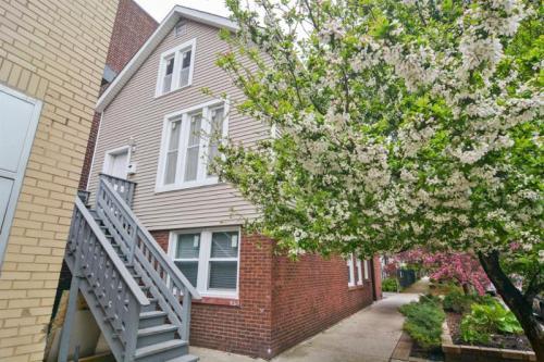 2032 W Roscoe Street Photo 1