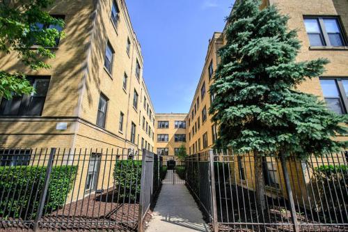 3010 W Ainslie Street Photo 1