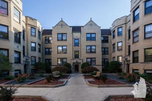 1115 W Oakdale Avenue Photo 1