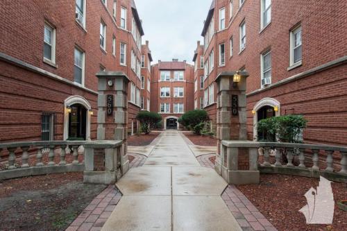 550 W Aldine Avenue Photo 1