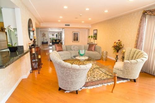 Perfect Location - 1 Bedroom in 4 Bedroom Condo 201 Photo 1