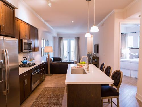 2 Bed Waterfront Unit In Old Town Available Now Photo 1
