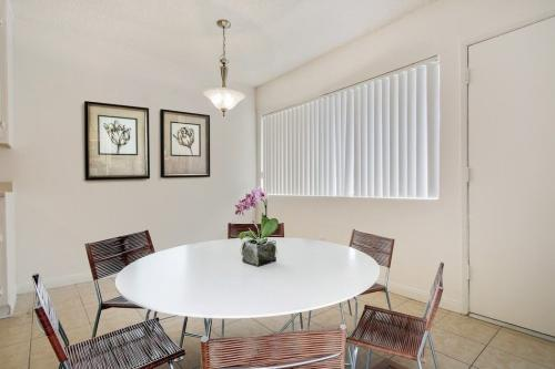 Spacious 1 Bed in Prime North Hollywood-Sparkli... 45 Photo 1