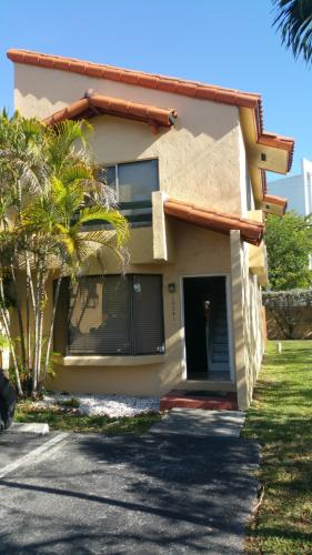 Updated 2 Bedroom Townhouse in Dadeland Cove 10041 Photo 1