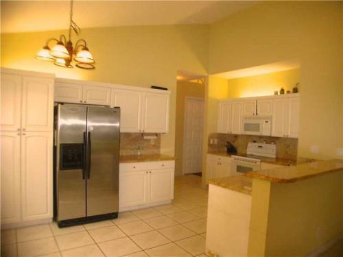 Gorgeous 3 /2 home boasts upgraded kitchen, lar... Photo 1