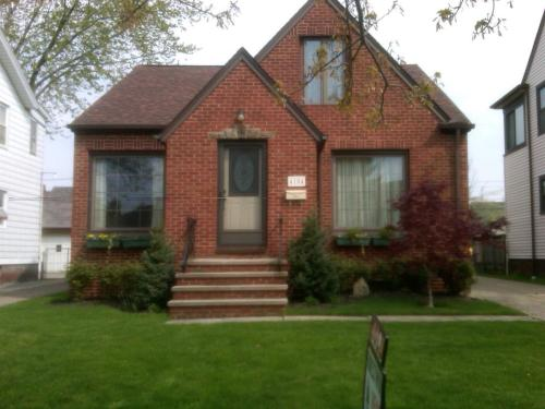 3 bed all brick bungalow in Parma Circle area Photo 1
