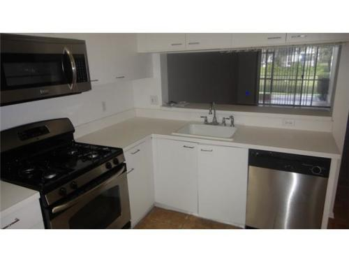 Completely renovated 2/2,5 in Tamarac featuring... Photo 1