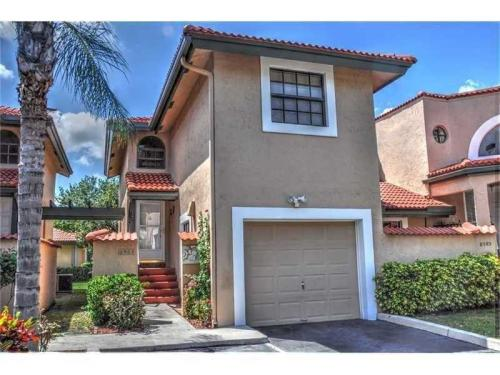 3/2.5 townhouse with garage in gated community Photo 1