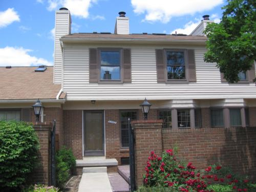Sharp clean Townhouse Style Condo for Rent Photo 1