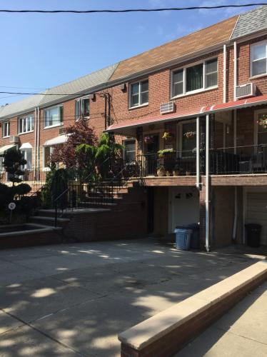 Duplex 3 bedroom apartment with parking and yard. 1 Photo 1