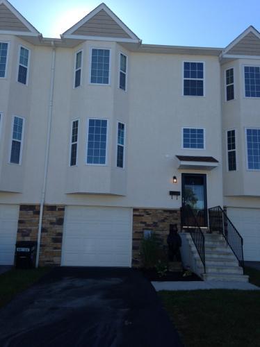 912 Thomas St TOWNHOUSE Photo 1