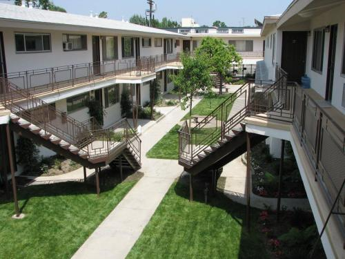 6045 Whitsett Avenue Photo 1