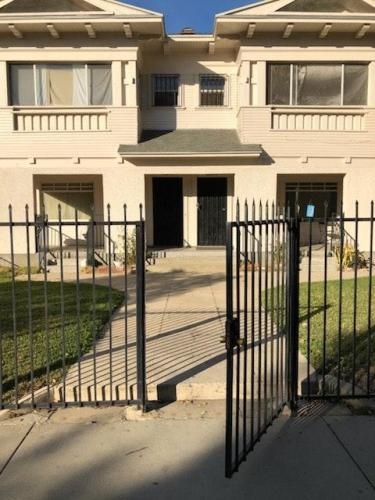 837 W 40th Place Photo 1