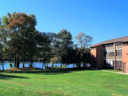 Lake Club Apartments Photo 1