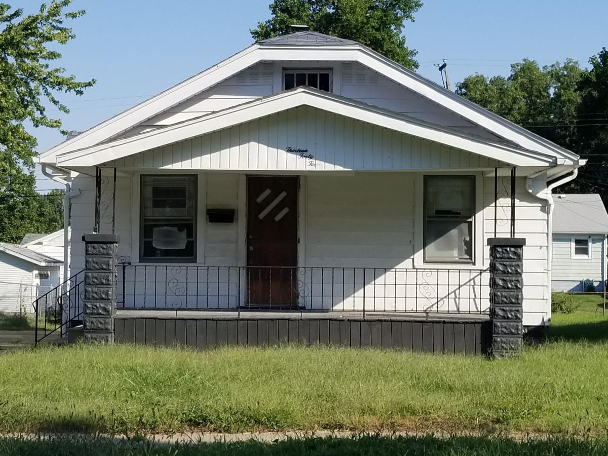 Super 1344 E Moore Street Decatur Il 62521 2832 Hotpads Home Interior And Landscaping Ponolsignezvosmurscom