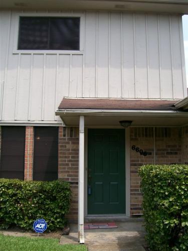 6704 Lexington Dr Photo 1