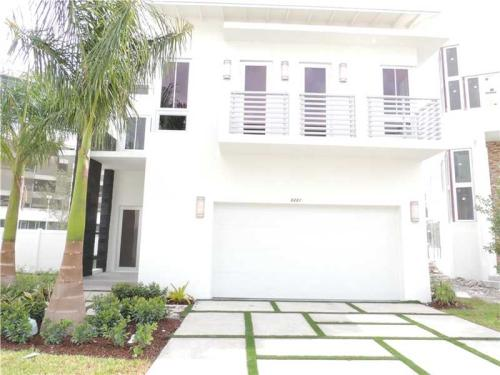 8221 NW 34th Dr Photo 1