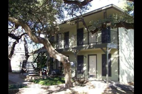 2703 2705 2709 Manor Road Photo 1