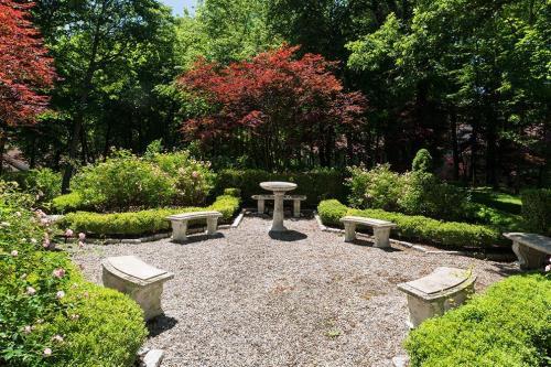 Greenwich Oaks Photo 1