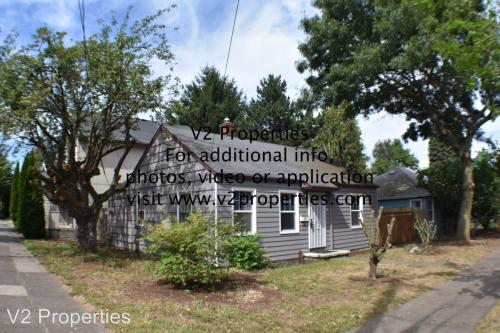 8807 SE Alder Street Photo 1
