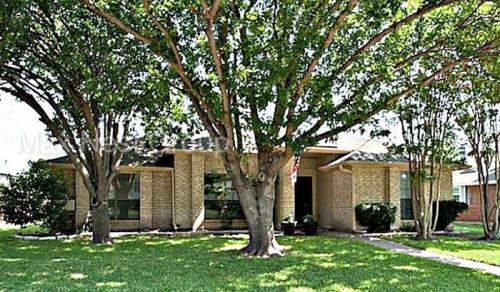 711 Cottonwood Drive Photo 1