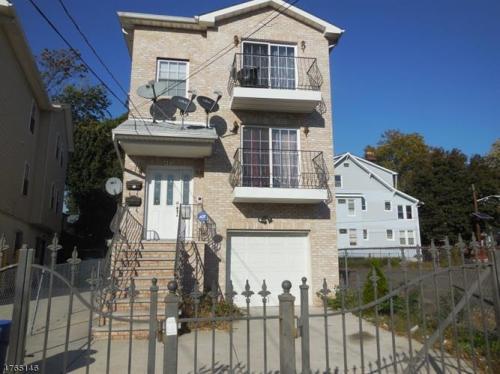 481 Hawthorne Avenue Photo 1